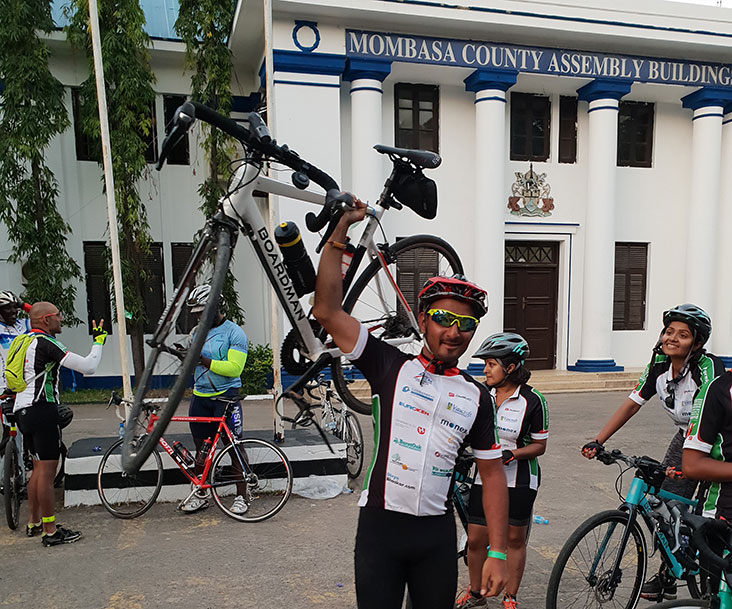 Milan Varsani de Monex Europe recorre 500 km para ayudar a Raha International